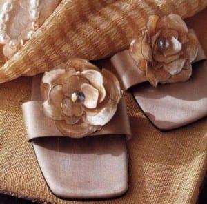 Decoraciones de bricolaje: flores de perlas en las sandalias