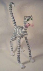 Gato de patas largas en papel mache