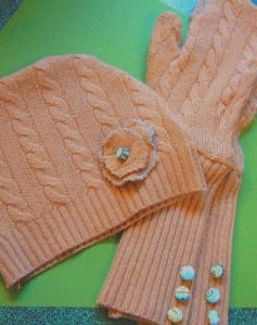 Gorro y guantes largos de un suéter de cachemira