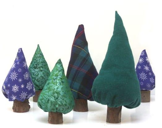 Árboles de navidad de tela y troncos