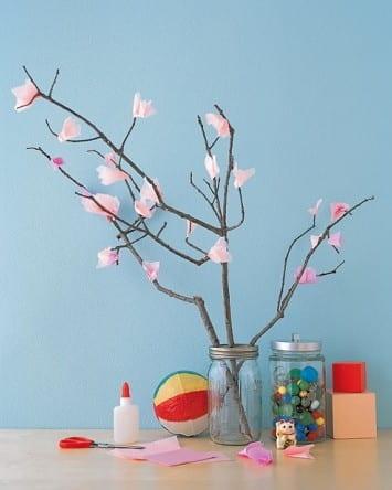 Árbol de cerezo con hojas de pañuelos de papel