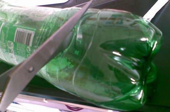Monedero con botellas de plástico