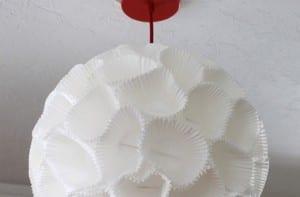 Lámpara de papel con moldes de magdalenas de papel