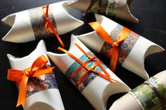 Paquetitos de regalo con rollos de papel higiénico