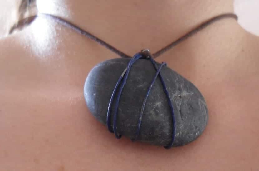 Collar con piedras de playa