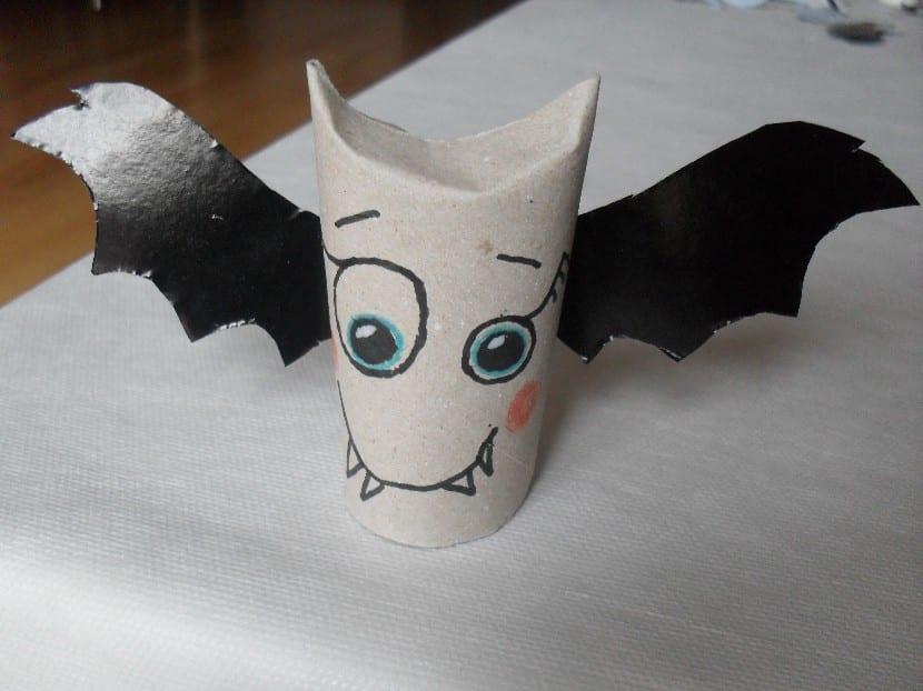 Murciélago con rollo de papel para halloween