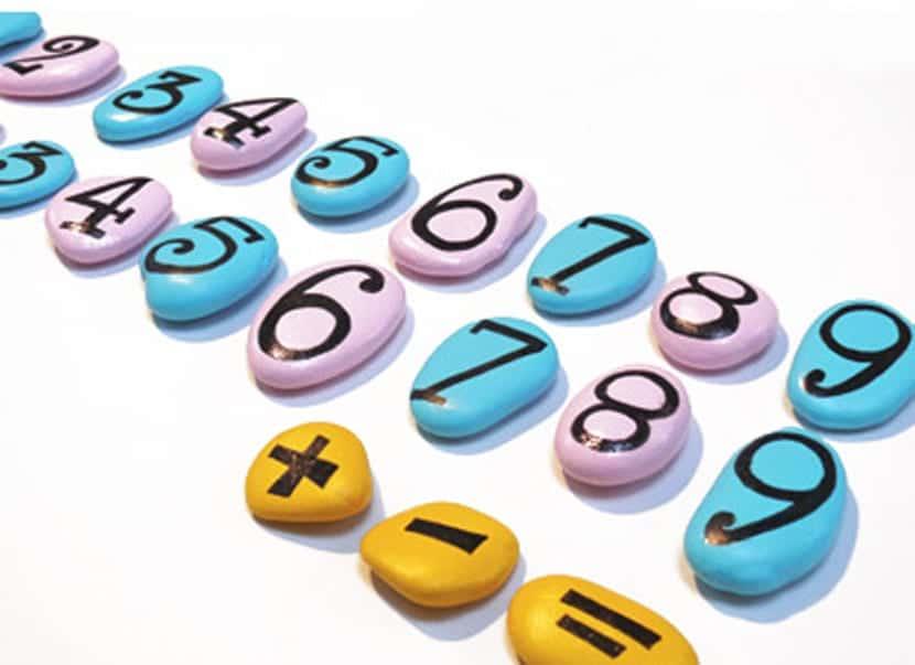 Números matemáticos en piedra