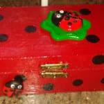 Cajita de madera decorada con mariquitas de fimo