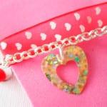 Pulsera para niñas con cinta de corazones