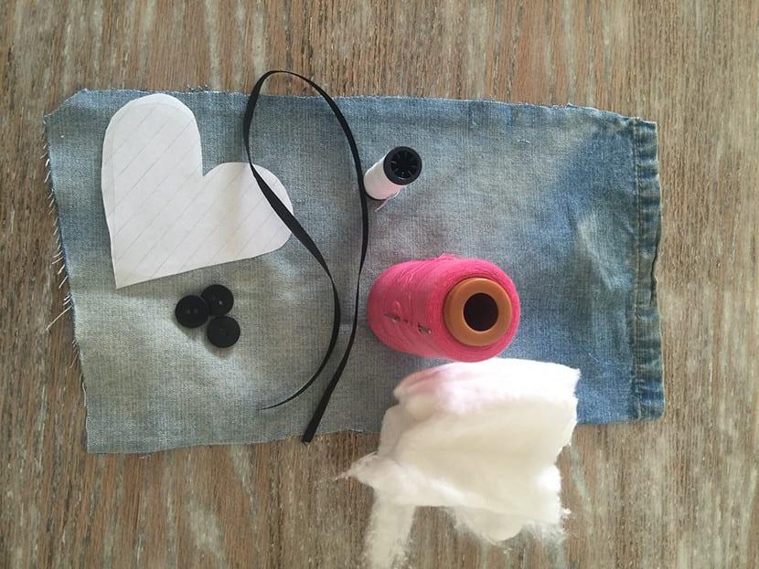 Materiales corazones en jeans