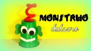 monstruo dulcero con vasos de plastico