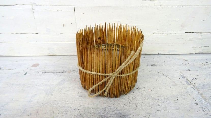 C mo hacer macetas con palillos de madera envejecida for Arreglo sala comedor comedor