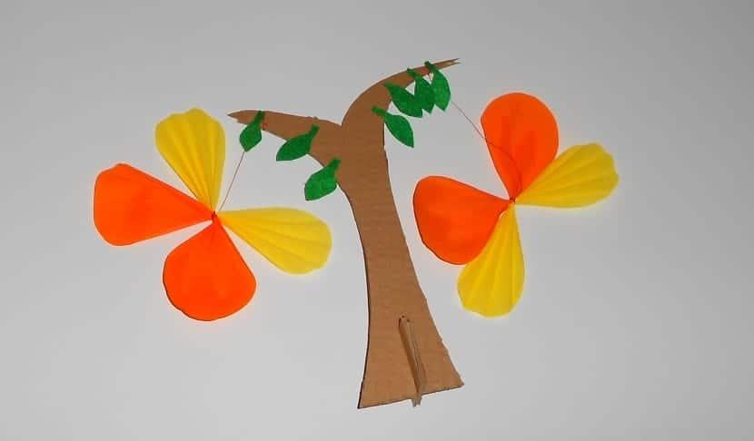 mariposas con árbol de cartón, ideas de manualidades para niños