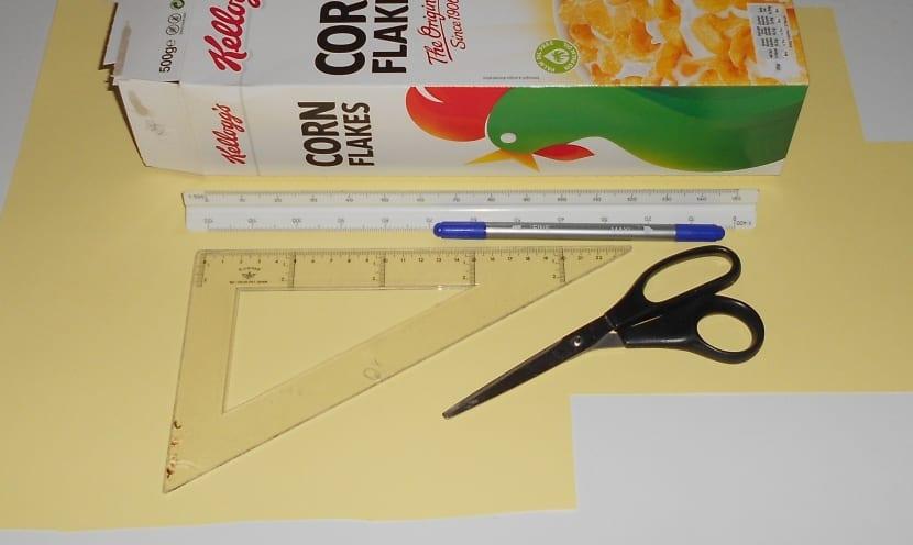 Materiales para hacer una manualidad con cartón y papel