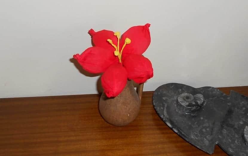 Flor con papel crepé crepado