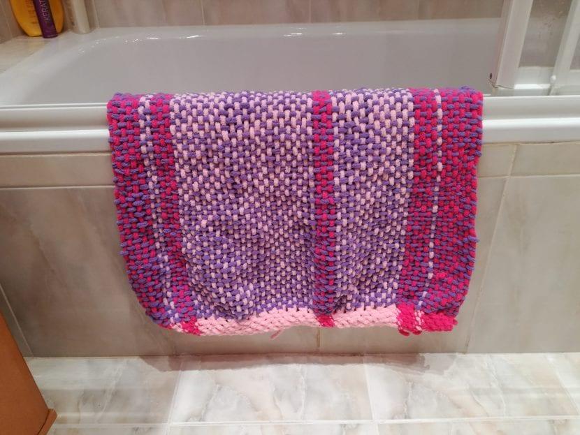Hacemos una alfombra para baño tejida de forma sencilla