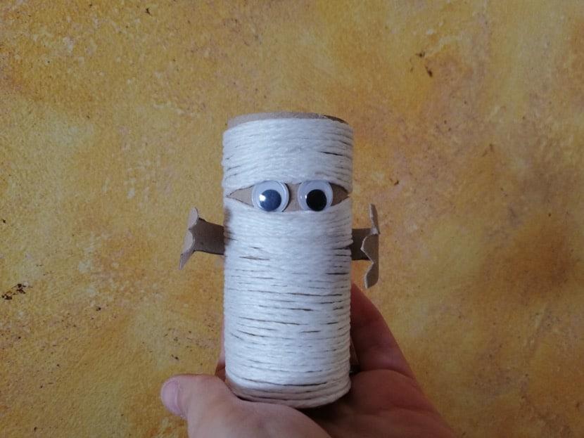 Momia de cartón halloween