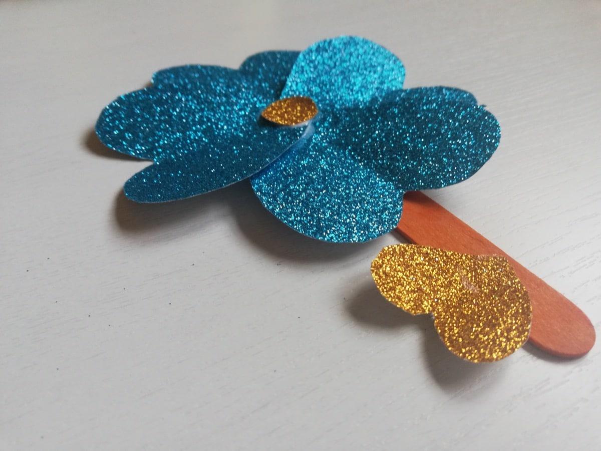 Flor de corazones de purpurina para hacer con niños