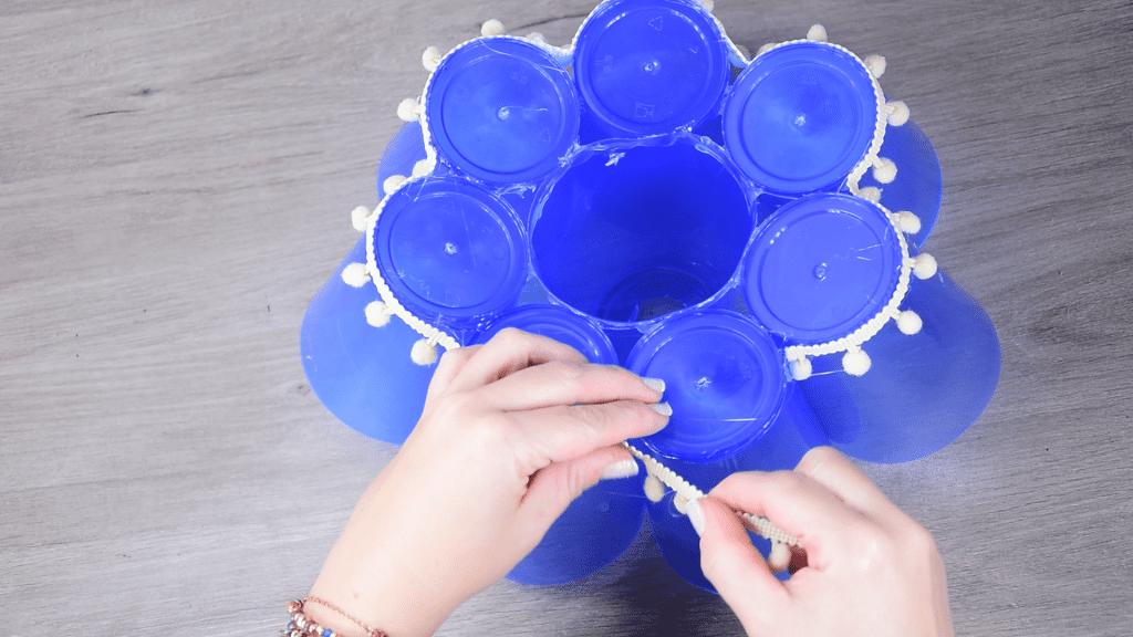 Lámpara infantil con vasos de plástico