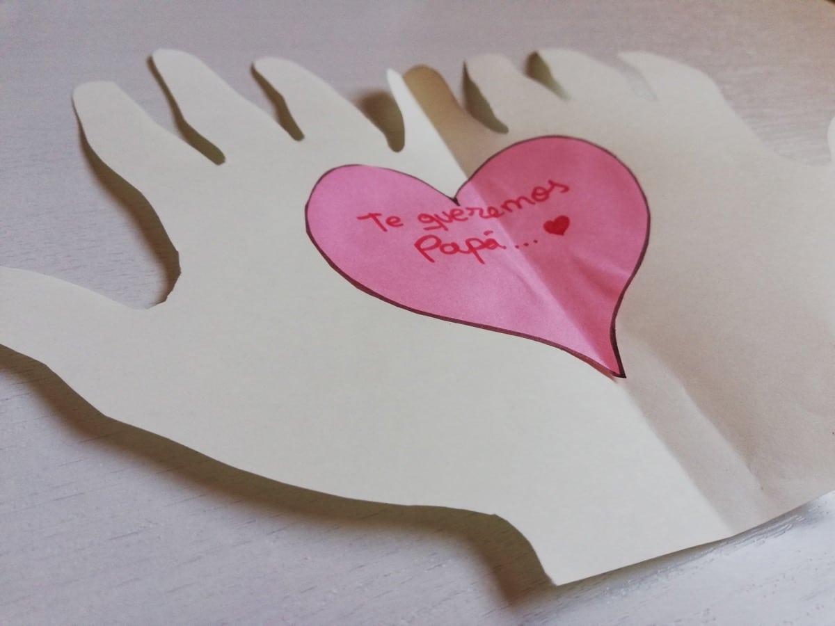 Tarjeta Día del padre de manos con corazón