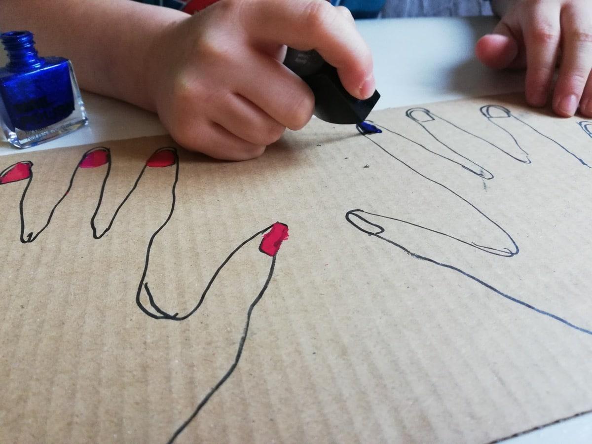 Manualidad para niños en el confinamiento: pintar uñas #yomequedoencasa