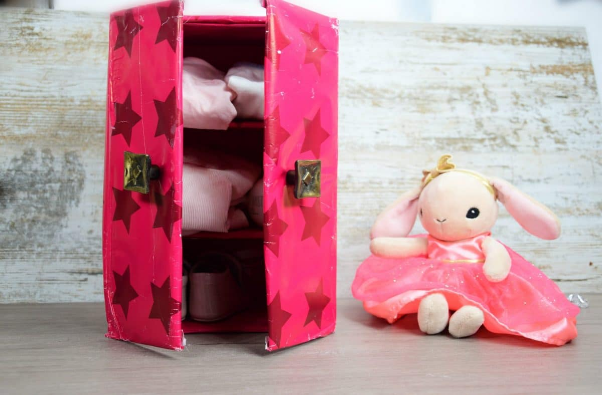 Caja de armario para muñecas