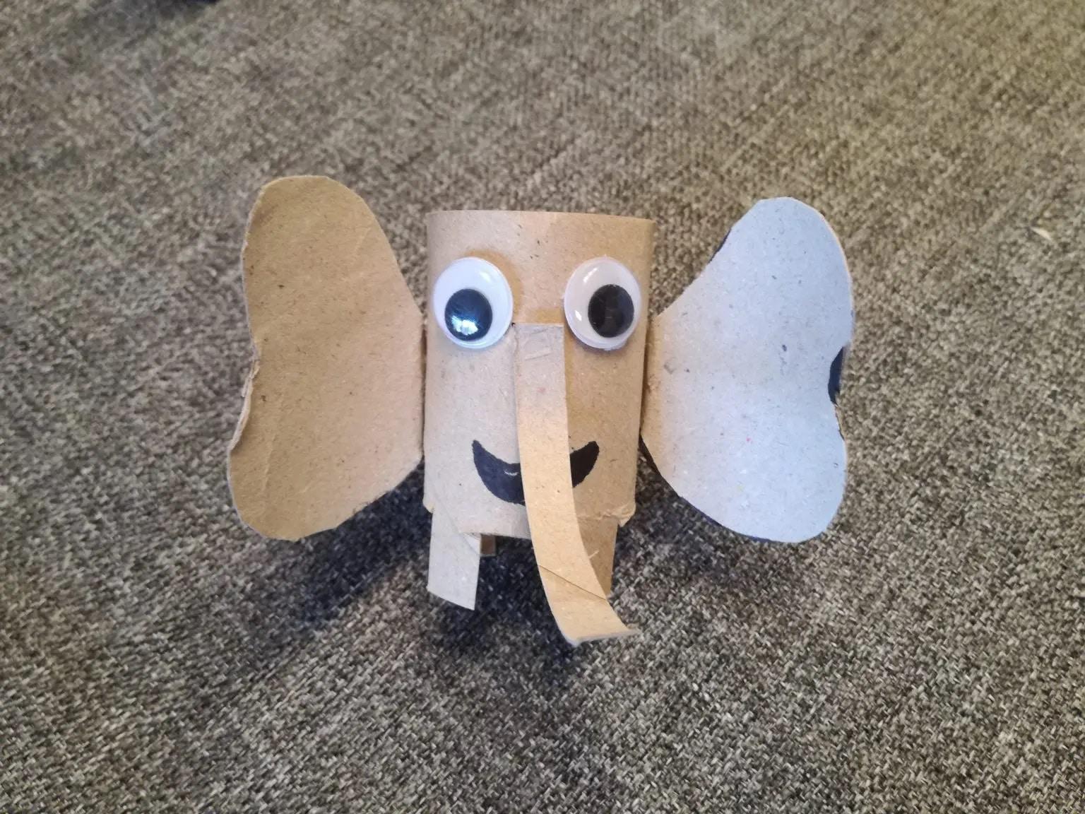 Elefante con rollos de papel higiénico