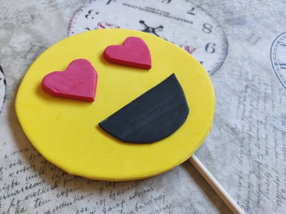 Emoji enamorado con goma Eva