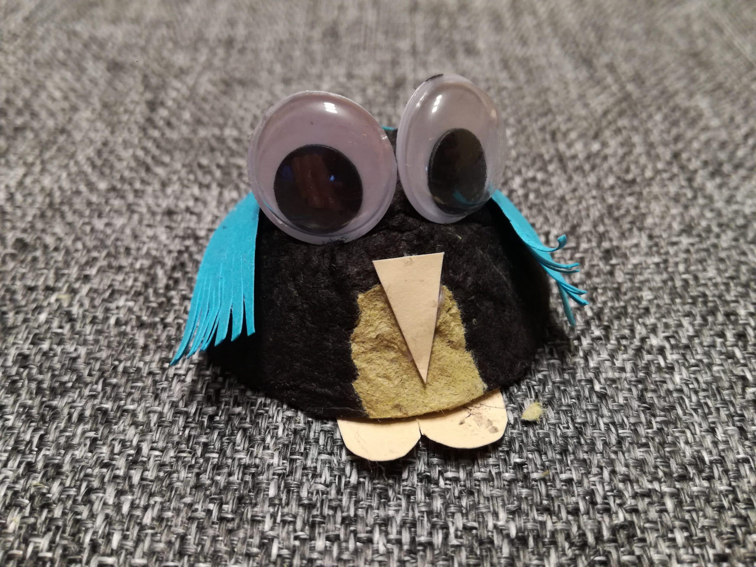 Pingüino con cartón de huevera