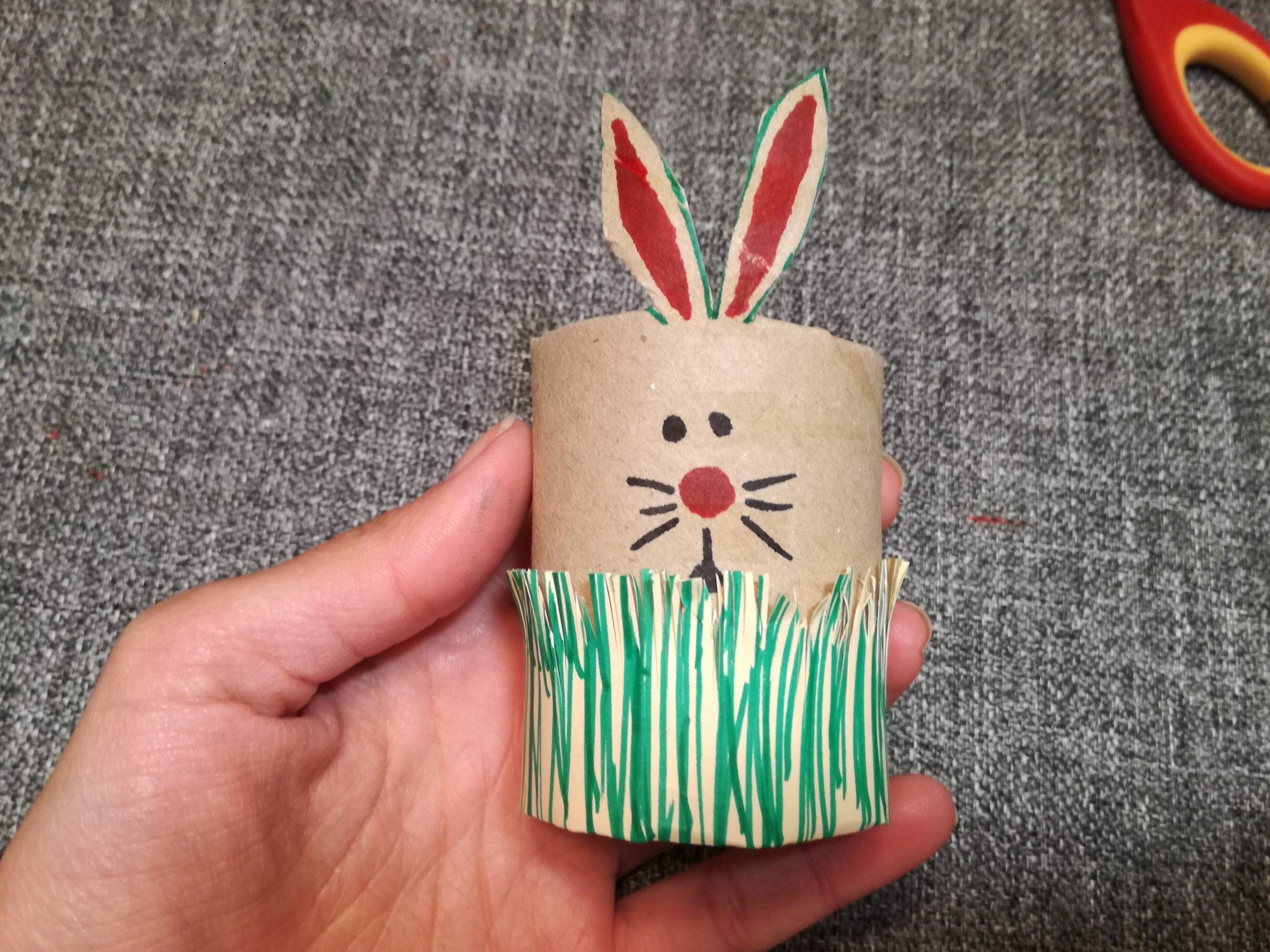 Conejo de cartón y cartulina