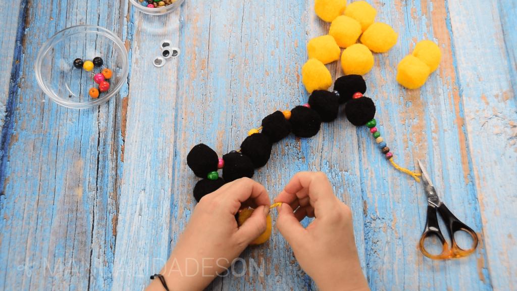 Serpientes hechas con pompones