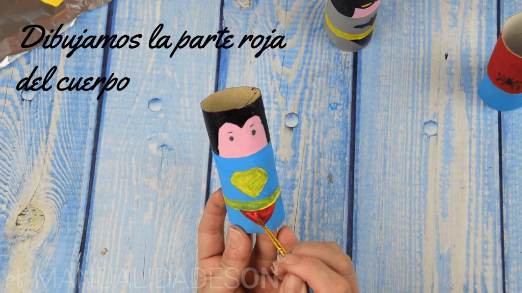 Superhéroes hechos de cartón
