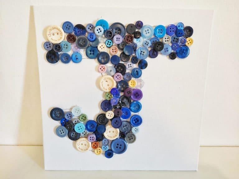 Inicial decorada con botones
