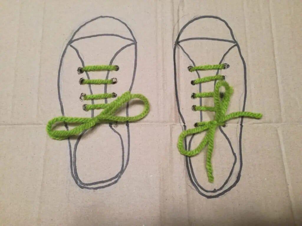 Manualidad para aprender a atar los cordones de los zapatos
