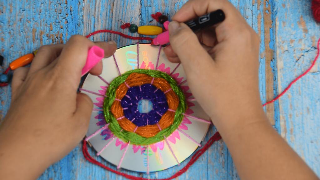 https://www.manualidadeson.com/como-hacer-peces-con-cds-reciclados-y-papel-crepe.html