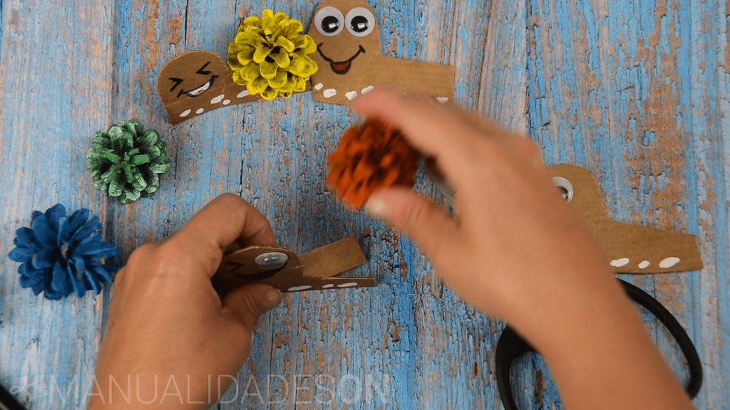 Caracoles de colores hechos con piñas